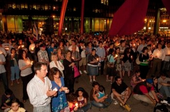 Attendees at a candlelit vigil at Chicago's Federal Plaza pray for the safe return of Israeli soldier Gilad Shalit on the fourth anniversary of his capture, June 24, 2010. (Robert Kusel)