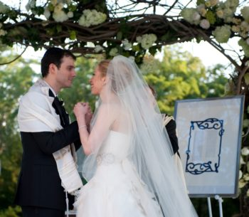 Marc Mezvinsky and Chelsea Clinton during their wedding ceremony, July 31, 2010. (Genevieve de Manio)