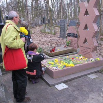 https://jta.org/wp-content/uploads/2013/05/Grave_of_Marek_Edelman-350x350.jpg