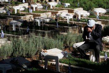 Israelis on Memorial Day mourning at Mount Herzl in Jerusalem on soldiers' graves, April 25, 2012. (Miriam Alster/FLASH90)