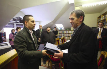 Jobbik Chairman Gabor Vona, left, receiving a gift from a visiting Iranian businessman in the Hungarian town of Tiszavasvari, January 2011.  (tiszavasvari.hu)