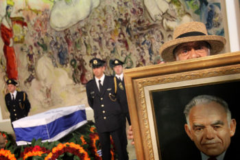 Family, friends and Israelis pay their respects to former Israeli Prime Minister Yitzhak Shamir as his coffin is seen displayed at the Israeli parliament prior to his funeral at Mount Herzl, Israel's national cemetery, July 2, 2012.  (Miriam Alster/FLASH90)